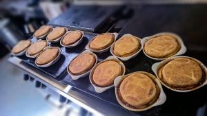 Préparation des tartes tatin aux pommes